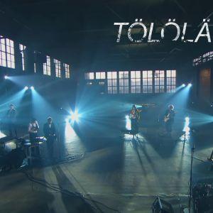 Tölöläb-yhtye esiintyy tyhjässä Malmin lentokentän hangaarissa.