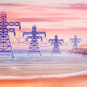 Meren rannasta nousee sähköjohdot ja sähkötolpat kuljettavat sähkön johtoja pitkin rinteessä olevaan kylään.
