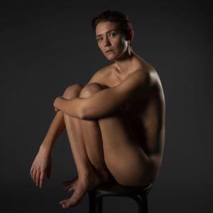 Antonia Henn sitter avklädd på en stol.