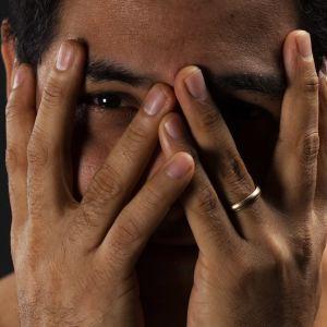 Oscar Lehtinen täcker ansiktet med händerna.