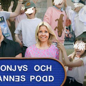 """Sonja och Janne poserar på ett klassfoto tillsammans med busiga anonyma barn, som frar Sonja i håret och river Janne i örat. De håller i en stor skylt med texten """"Sonjas och Jannes podd"""" där endel bokstäver är lite felvända."""