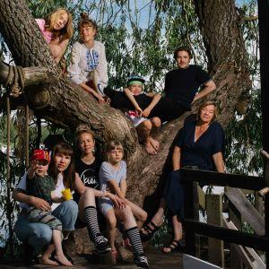 Airolan suvun jäseniä puun juurella ja oksilla
