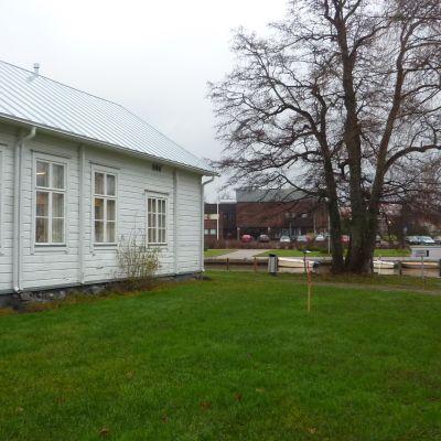 Ingå bibliotek, kommungården i bakgrunden