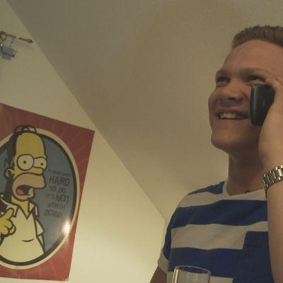 Oscar Holmström ringer och berättar åt sin flickvän om antagningsresultatet.