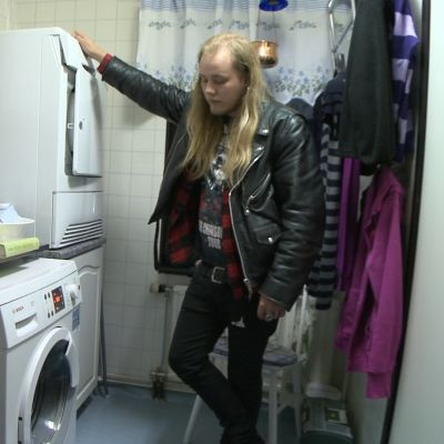 Magnus Beijar tvättar kläder för första gången.