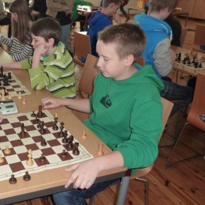 skolelever spelar schack
