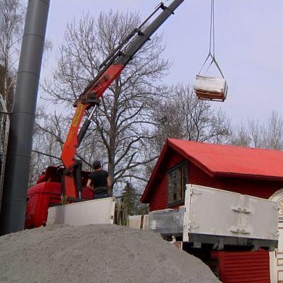 Betongplattor anländer till Strömsö.
