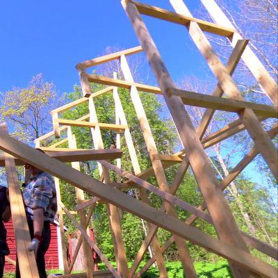 Växthusets konstruktion reses.