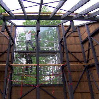Jim och Johan sätter upp fönster