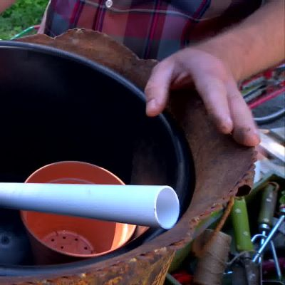 Owe visar hur man själv kan göra en underbevattningskruka