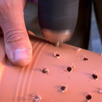 Och sedan borras mindre hål i den lilla plastkrukan