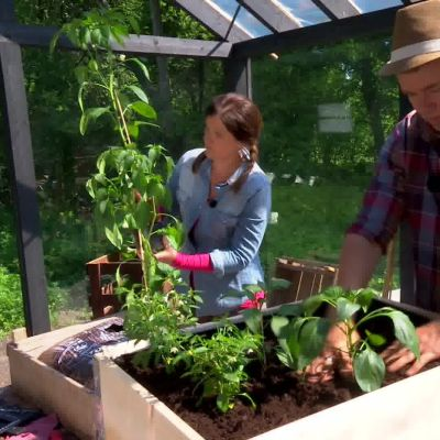 I lastpallen planterar Owe olika sorters chili