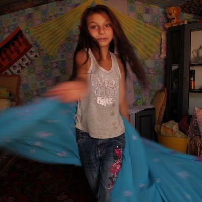 Kymmenenvuotias kuuro romanityttö rakastaa bollywood-tanssia.