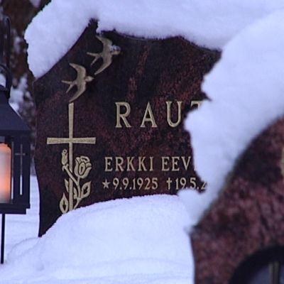Jouluna ja pyhäinpäivänä hautausmailla on kynttiläsesonki.