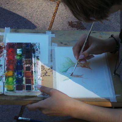 Akryllivärimaalaamista ulkona.