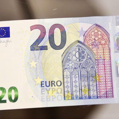 Uusi kahdenkymmenen euron seteli esittelytilaisuudessa Suomen Pankin rahamuseossa Helsingissä.