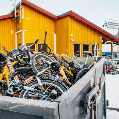 Turvapaikanhakijoiden käyttämiä polkupyöriä kerättynä roskalavalle lähellä Kirkkoniemeä Pohjois-Norjassa.