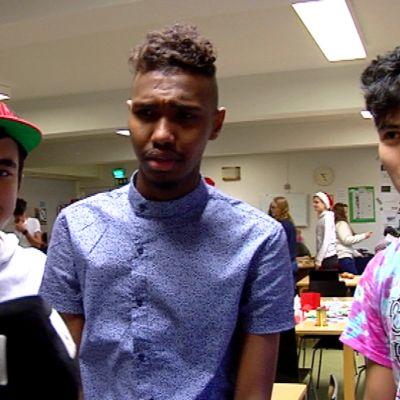 Kolme turvapaikkaahakevaa nuorta miestä Ylen haastattelussa.