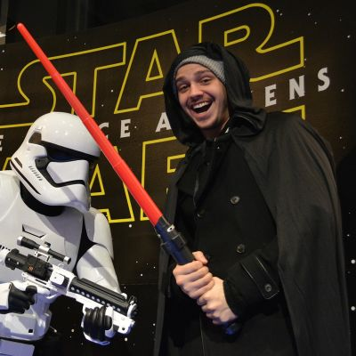 Star Wars faneja elokuvateatterin aulassa.