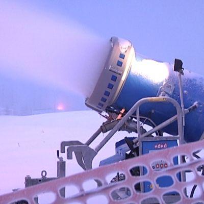 Ilman lumitykkejä hiihtokeskukset eivät enää pärjää.