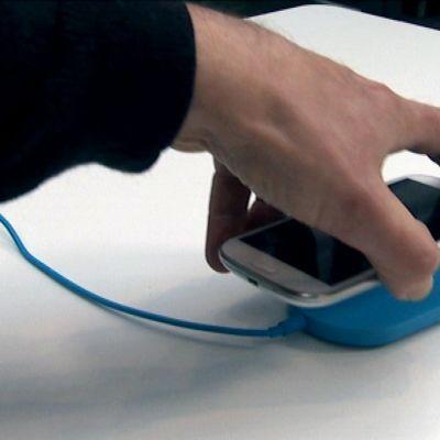 Markkinoilla on jo useita laitteita, joilla voi ladata kännykän langattomasti asettamalla puhelimen latausalustan päälle.