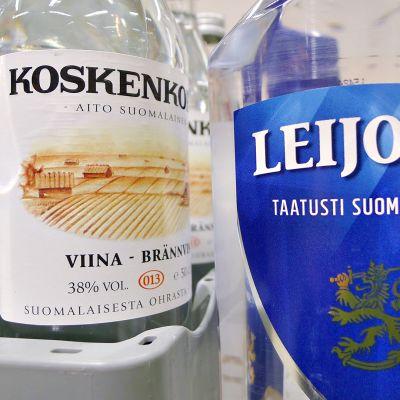 Koskenkorva ja ja Leijona viinapullo Alkon myymäläsää.