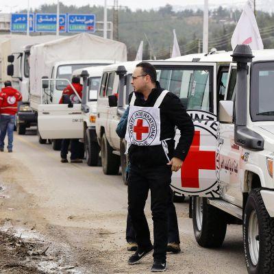 Punaisen Ristin autot jonottavat Madayan kaupungin ulkopuolella Syyriassa.