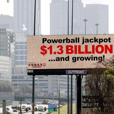 Loton jättipottia mainostetaan moottoritien varrella Atlantassa.