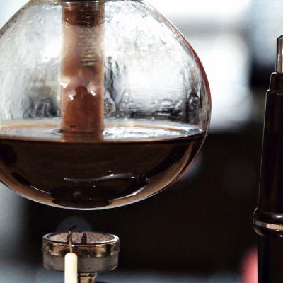 Kahvi valmistuu syphon-keittimessä.