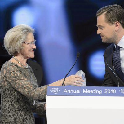 Leonardo DiCaprio vastaanotaa palkinnon ilmastotyöstään.