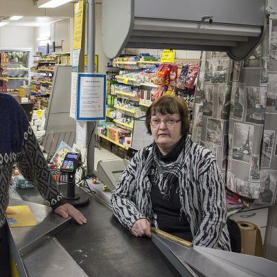 Kari ja Maritta Junnola kauppansa kassalla