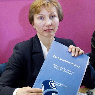 Alexander Litvinenkon leski Marina Litvinenko esittelee miehensä murhaan liittyvää tutkimusraporttia Lontoossa.