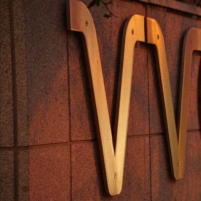 VVO Lumo -logo liekehtii kullankeltaisena.