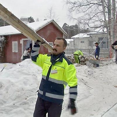 Salama-Tiimi rakennustyömaata siivoamassa