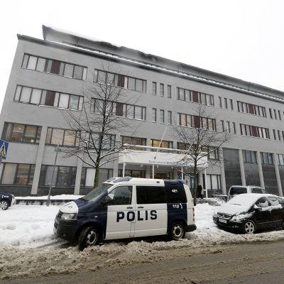 Poliisiautoja International School of Helsinki -koulun edessä Helsingissä.