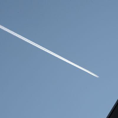Lentokoneen jättämä valkea vana taivaalla.