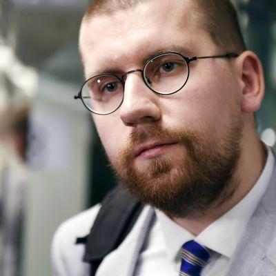 Sebastian Tynkkynen poistumassa perussuomalaisten eduskuntaryhmän kokouksesta Helsingissä 5. marraskuuta.
