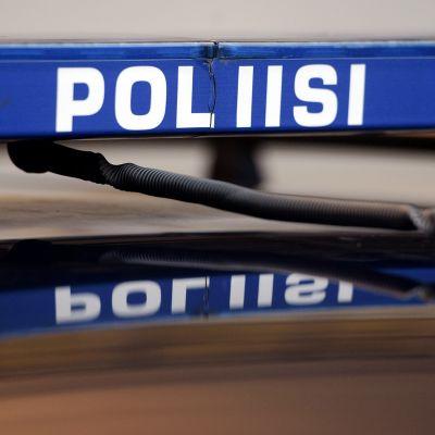 Poliisiauton kyltti Helsingissä.