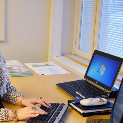 Romanihankkeen projektisuunnittelija Ramona Grönstrand istuu tietokoneen ääressä.