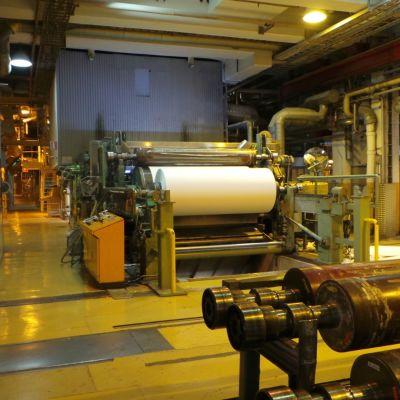 Paperikonesallissa koneita. Jujo Thermal Eurassa, lämpöpaperi.