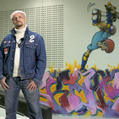 Pete Hende Nieminen skeittihallin graffitin edessä.
