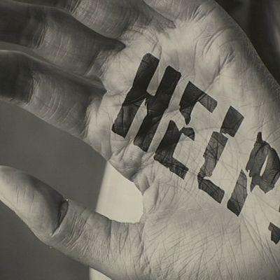 Ihmisen käsi, jossa lukee HELP!