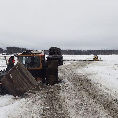 Kaksi kaivinkonetta putosi jäihin Jyväskylässä