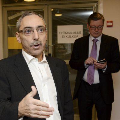 Ben Zyskowicz saapumassa kokoomuksen eduskuntaryhmän kokoukseen eduskunnassa Helsingissä.