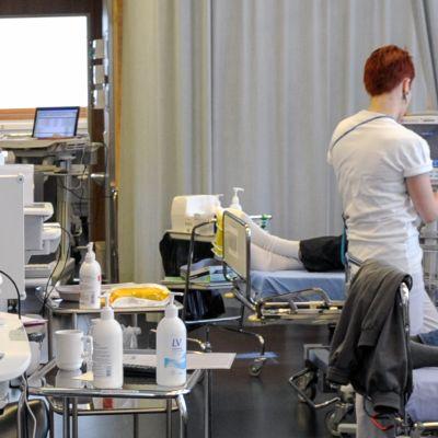 Sairaanhoitaja työssään