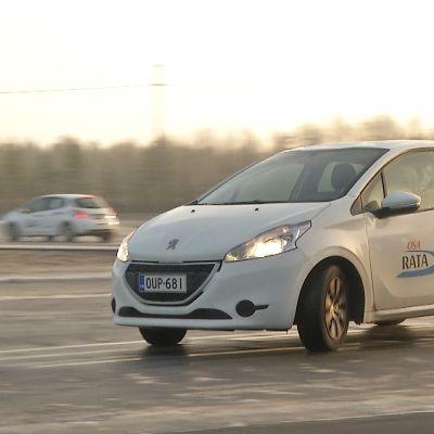 Autoilija harjoittelee liukkaan kelin ajoa ajoharjoitteluradalla.