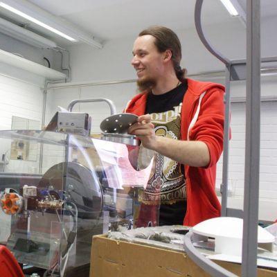 Martin Mayer ja Stefan Jerabek työskentelevät energiatekniikan laboratoriossa.