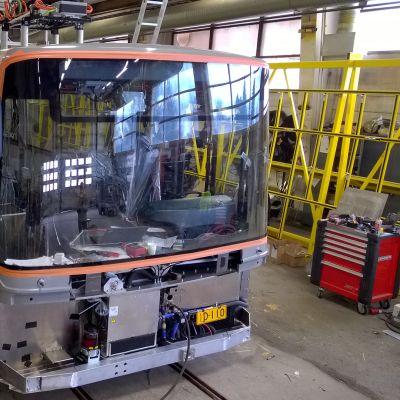 Sähköbussi valmistuu tuotantolinjalla