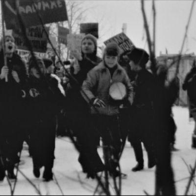 Koululaisia marssimassa julisteiden kanssa 70-luvulla.