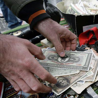 Katukauppias myi vanhoja kreikkalaisia rahoja Ateenan Monastirakissa.